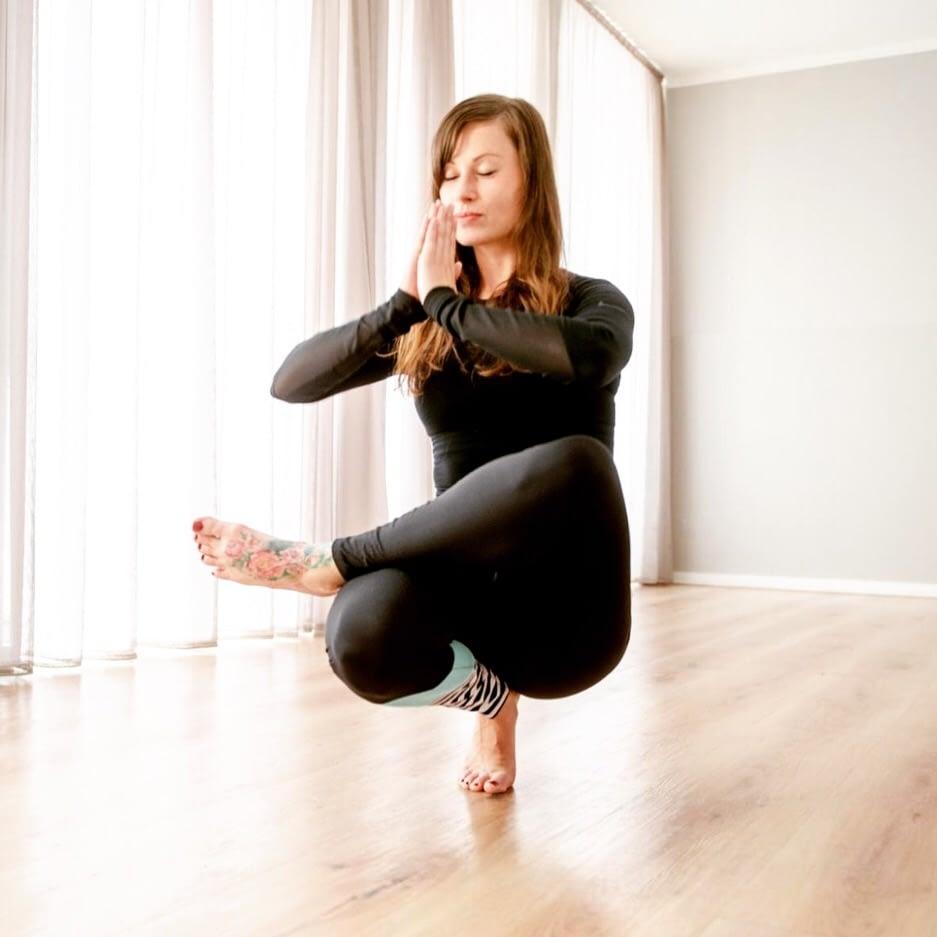 Ines Maria Eckermann ist entspannt. Die Autorin gibt nebenberuflich Yogakurse.